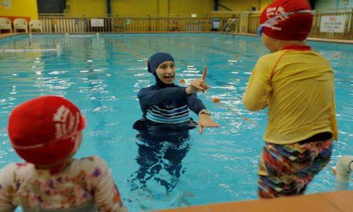 الزام دختران محجبه درآلمان به شنای مختلط