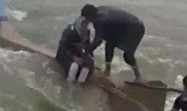 (ویدئو) نجات پیرمرد گرفتار در سیل بامدژ خوزستان