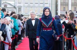 زهره زمانی بانوی فیلمساز و رییس انجمن سینمای جوانان بندرانزلی  با گل جهان بر فرش قرمز کازان