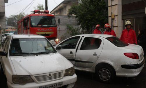 آتشنشانی رشت خبر داد؛ حادثه عجیب رانندگی در رشت؛ راننده زن ۵۰ ساله به علت گیر کردن لای در خودرو جان باخت