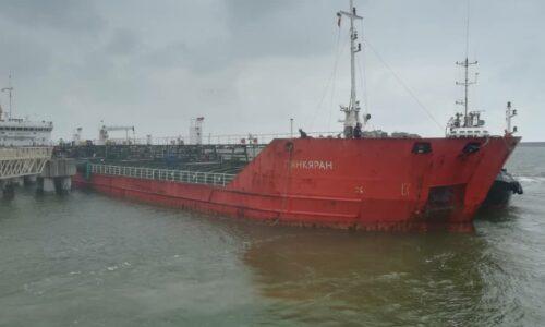 در راستای تامین کالای اساسی کشور: کاظمیان ؛ پنجاه و پنجمین کشتی حامل بیش از ۵هزارتن روغن در بندرکاسپین پهلوگیری شد